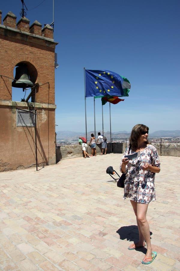 Turistas en las paredes de la fortaleza de Alcazaba en Alhambra granada fotografía de archivo