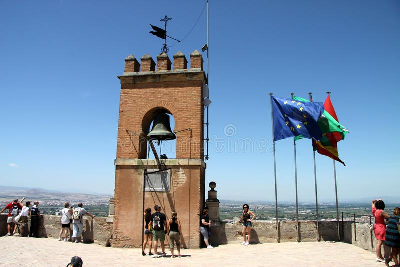 Turistas en las paredes de la fortaleza de Alcazaba en Alhambra granada fotos de archivo