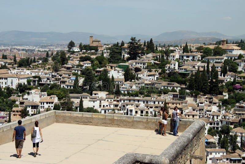 Turistas en las paredes de la fortaleza de Alcazaba en Alhambra granada fotografía de archivo libre de regalías