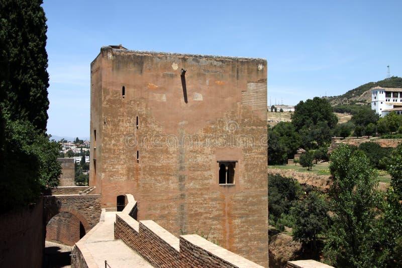 Turistas en las paredes de la fortaleza de Alcazaba en Alhambra granada imágenes de archivo libres de regalías
