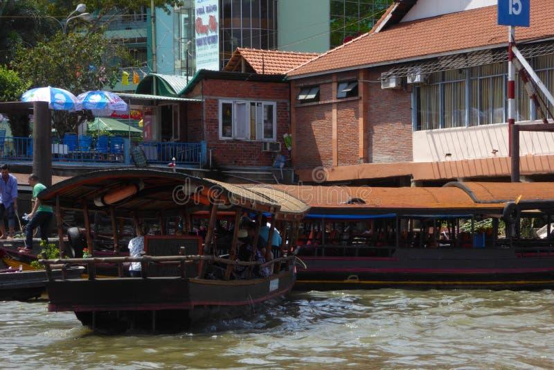 Turistas en los barcos en un muelle en Vinh Long Vietnam foto de archivo libre de regalías