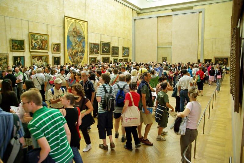 Turistas en museo del Louvre fotografía de archivo