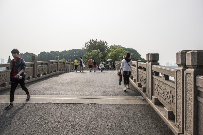 Turistas en parque del lago Xuanwu imagen de archivo