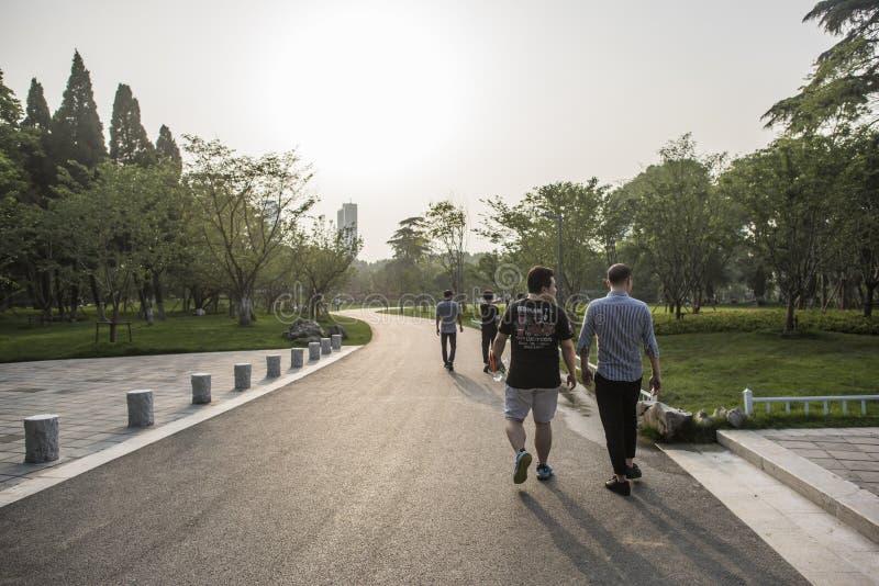 Turistas en parque del lago Xuanwu fotos de archivo