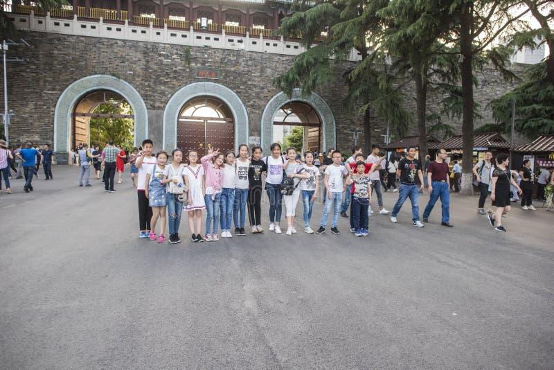Turistas en parque del lago Xuanwu imagenes de archivo