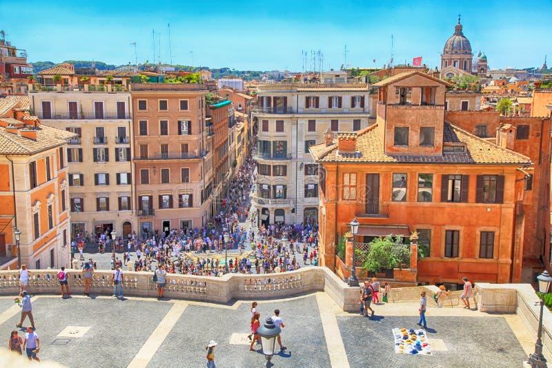 Turistas en pasos españoles en Roma, Italia imagen de archivo libre de regalías