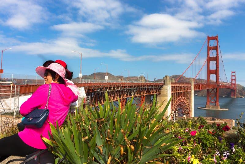 Turistas en puente Golden Gate fotos de archivo libres de regalías