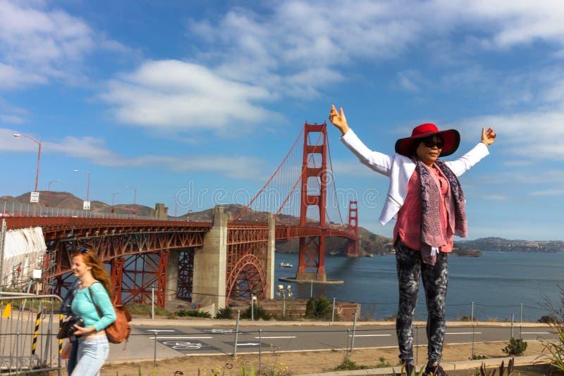 Turistas en puente Golden Gate foto de archivo