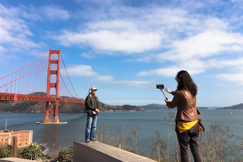 Turistas en puente Golden Gate imagenes de archivo