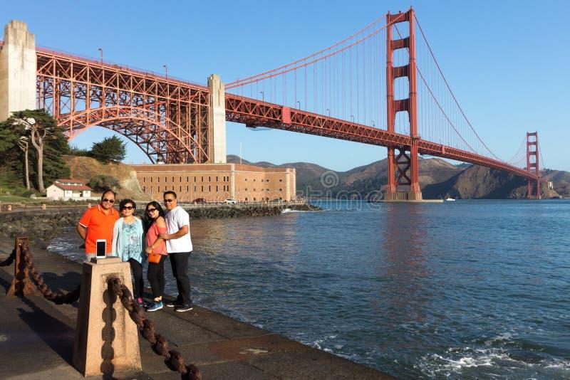 Turistas en puente Golden Gate fotos de archivo