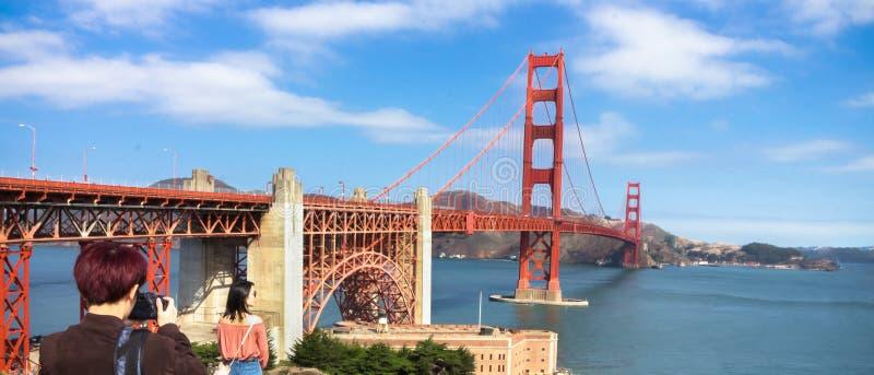 Turistas en puente Golden Gate foto de archivo libre de regalías