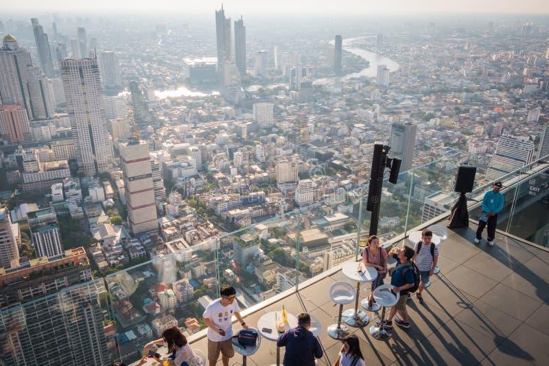Turistas en rey Power Mahanakorn Building en el top del tejado del 78ª planta en Bangkok, Tailandia fotografía de archivo