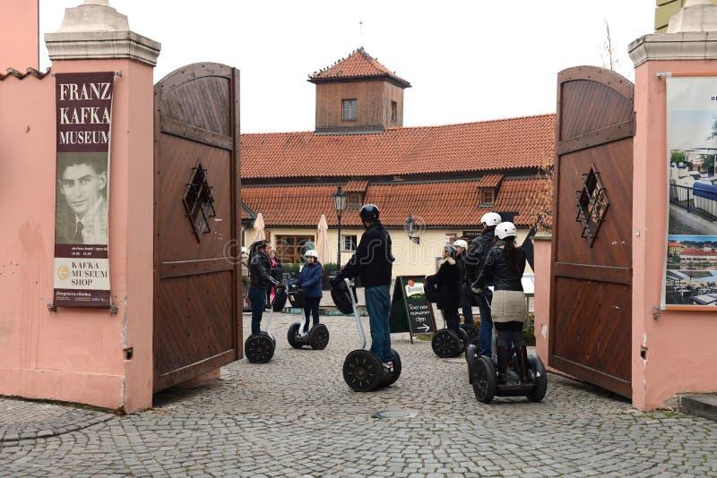 Turistas en Segways en el museo de Kafka fotografía de archivo libre de regalías
