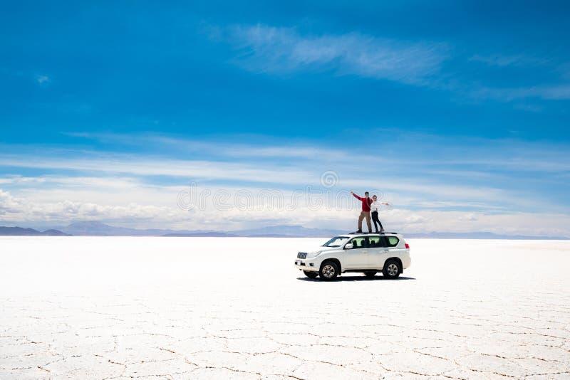 Turistas en tejado del coche en Salar de Uyuni fotos de archivo libres de regalías