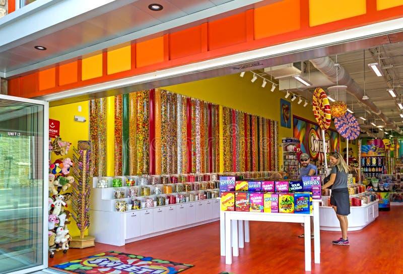 Turistas en tienda dulce del caramelo imagenes de archivo