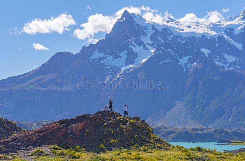 Turistas en Torres del Paine, Patagonia, Chile imagenes de archivo