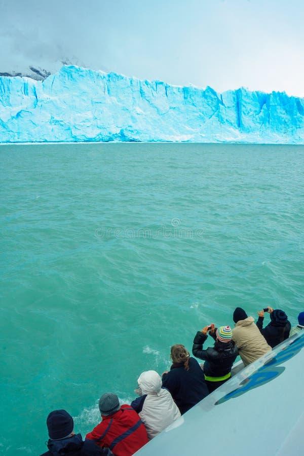Turistas en un barco que mira al Perito Moreno Glacier fotos de archivo libres de regalías