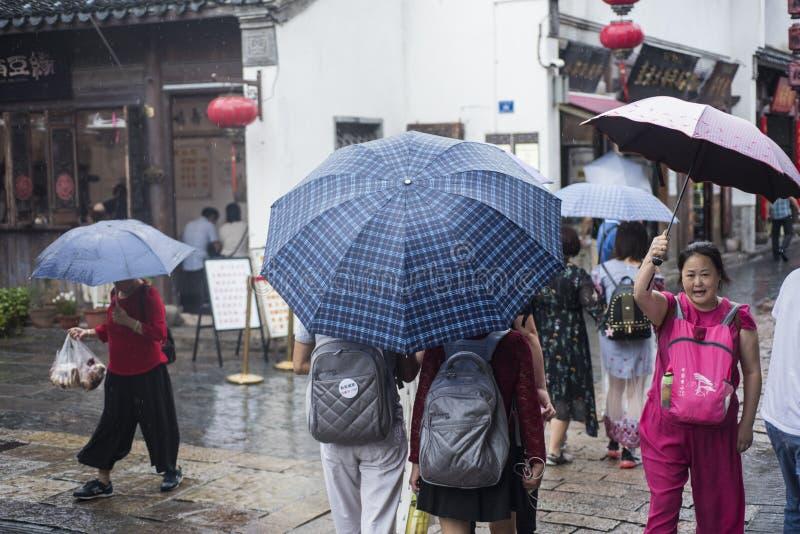 Turistas en un día lluvioso fotos de archivo libres de regalías