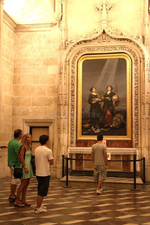 Turistas en una excursi?n en la catedral de Sevilla fotografía de archivo libre de regalías