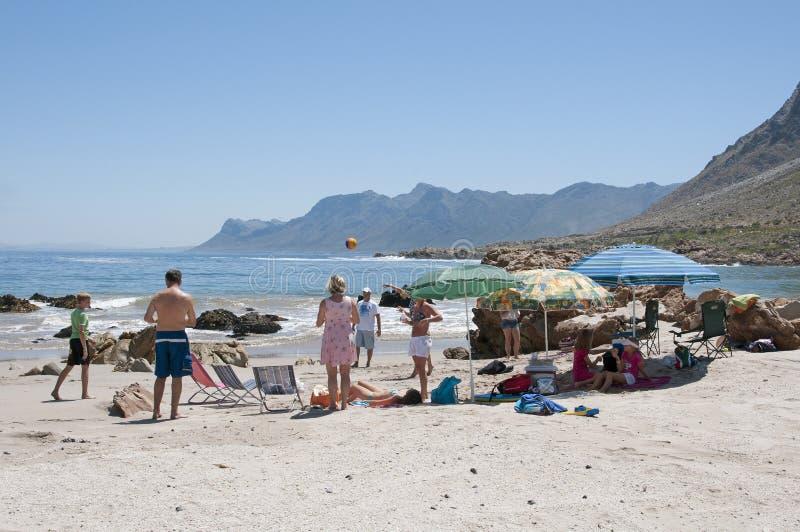 Turistas en una playa surafricana imágenes de archivo libres de regalías