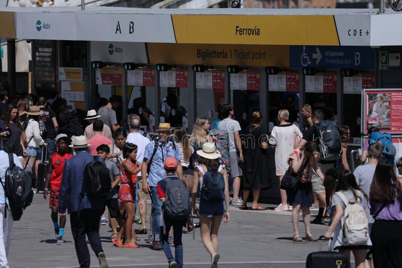Turistas en Venecia en el vaporetto, parada de autobús del agua fotografía de archivo libre de regalías