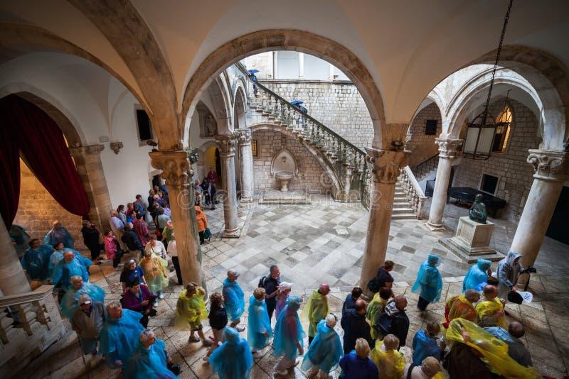 Turistas en viaje en el rector Palace en Dubrovnik imagenes de archivo