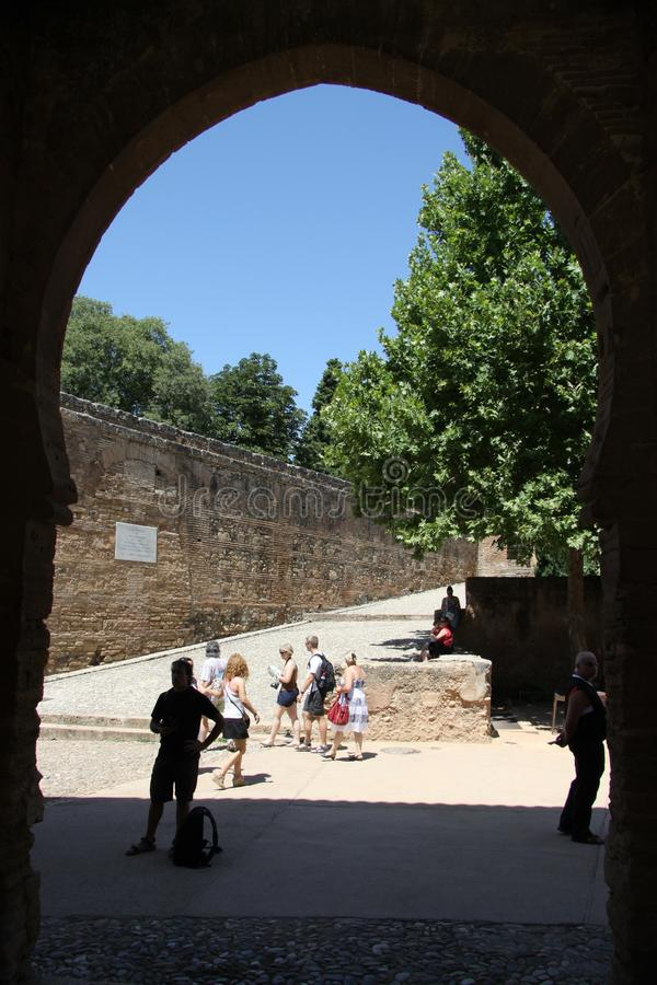 Turistas encendido en la fortaleza de Alcazaba en Alhambra granada fotografía de archivo