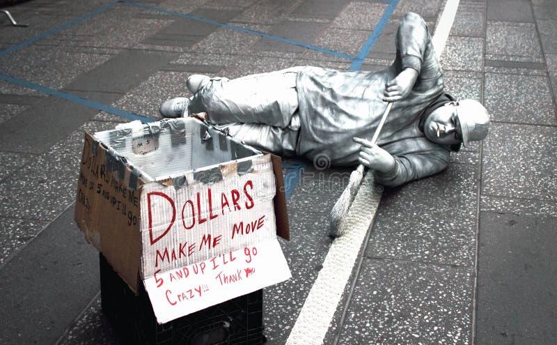 Turistas entretenidos de un ejecutante de la calle en el Times Square, Manhattan fotografía de archivo