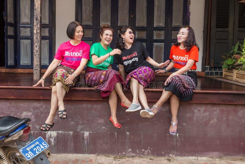 Turistas fêmeas que apreciam-se empresa em Luang Prabang, La fotografia de stock
