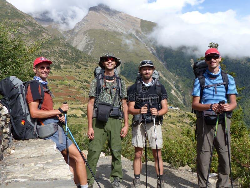 Turistas felices en Himalaya, vista al pico de Pisang imagenes de archivo