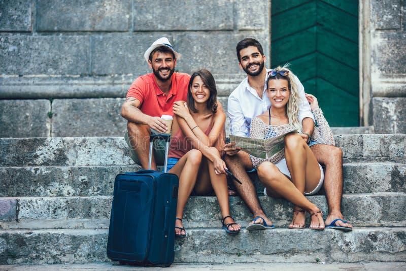 Turistas felices jovenes que hacen turismo en ciudad imagen de archivo