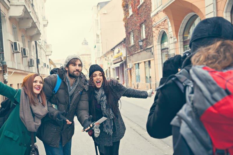 Turistas felices que presentan para la foto foto de archivo