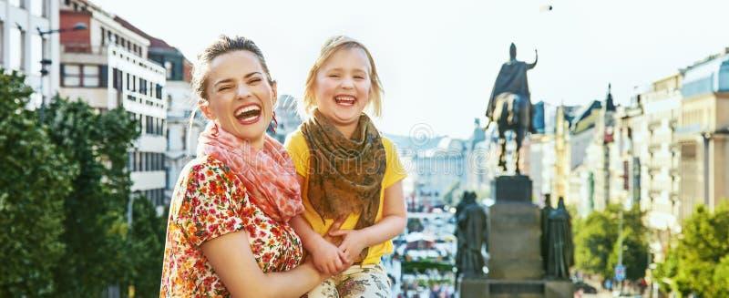Turistas felizes da mãe e da filha em Praga República Checa fotos de stock royalty free