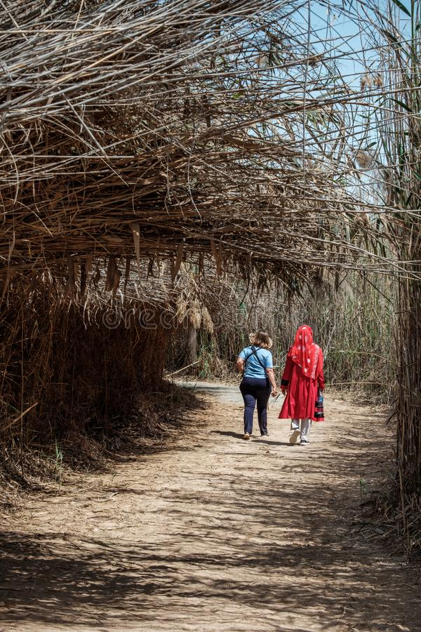 Turistas femeninos en Al Wathba Wetland Reserve Abu Dhabi, UAE fotos de archivo