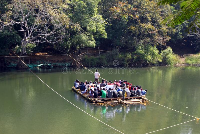 Turistas ferrying da jangada de bambu imagem de stock royalty free