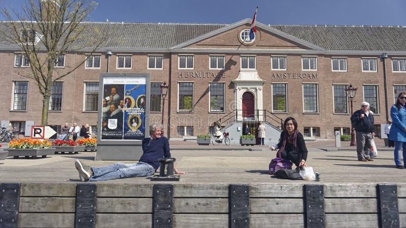 Turistas fora do museu de Amsterdão, Holanda fotografia de stock