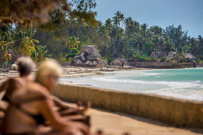 Turistas gostando da incrível praia de Zanzibar na Tanzânia imagens de stock