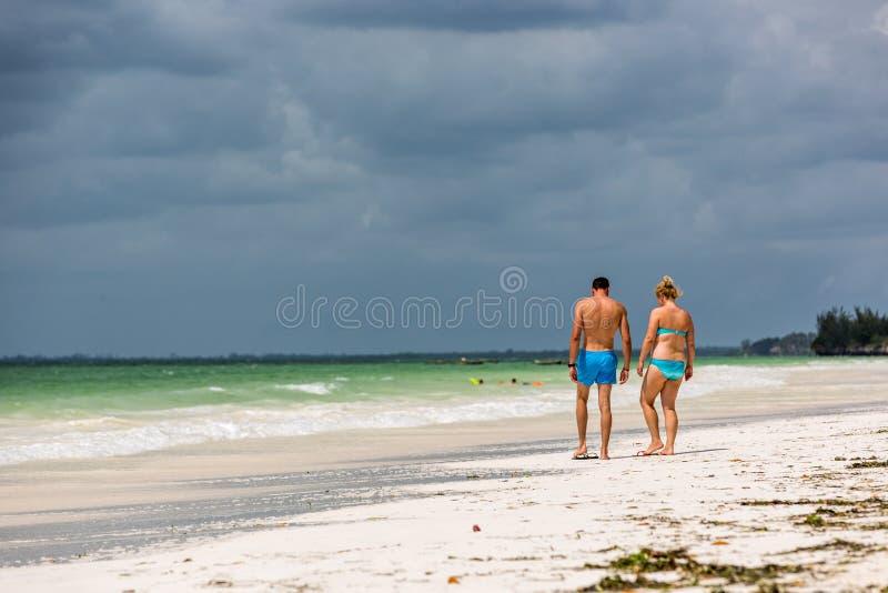 Turistas gostando da incrível praia de Zanzibar na Tanzânia fotografia de stock