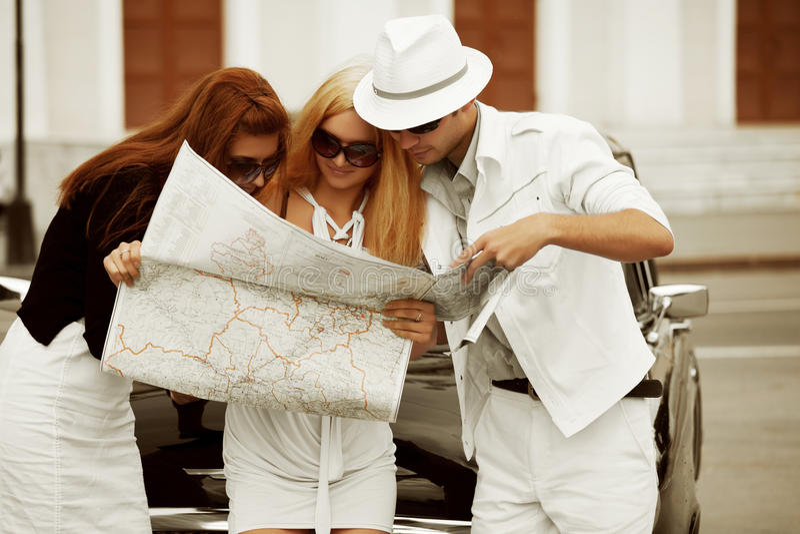 Turistas jovenes con una correspondencia. imagen de archivo