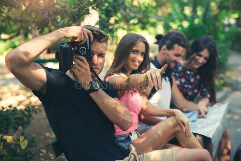 Turistas jovenes de los amigos con el mapa imagen de archivo libre de regalías