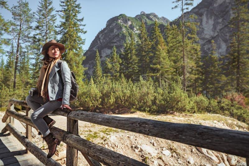 Turistas jovenes en las montañas imagenes de archivo