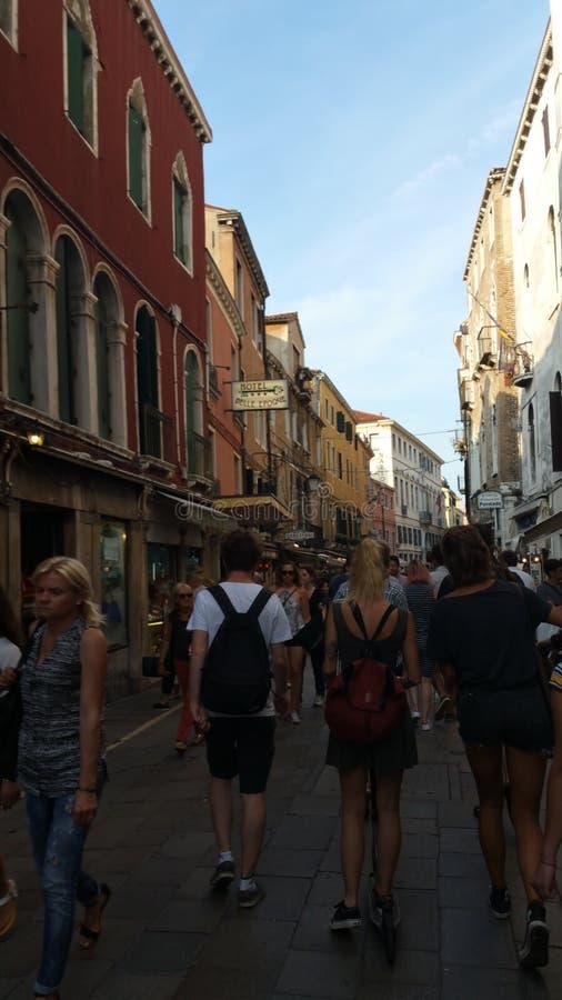 Turistas jovenes en Venecia imagen de archivo