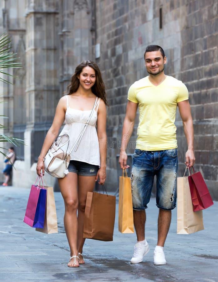 Turistas jovenes en viaje de las compras imágenes de archivo libres de regalías