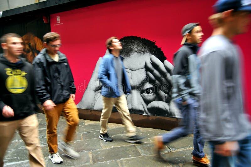 Turistas jovenes que visitan Europa en Florencia, Italia foto de archivo