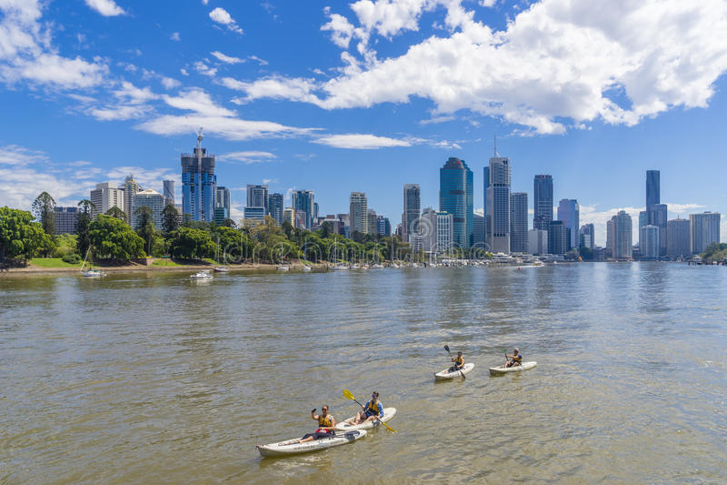Turistas kayaking a lo largo del río de Brisbane, Australia imagenes de archivo