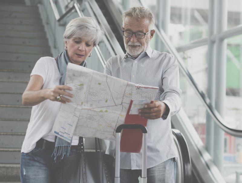 Turistas mayores de los pares que viajan en ciudad fotografía de archivo