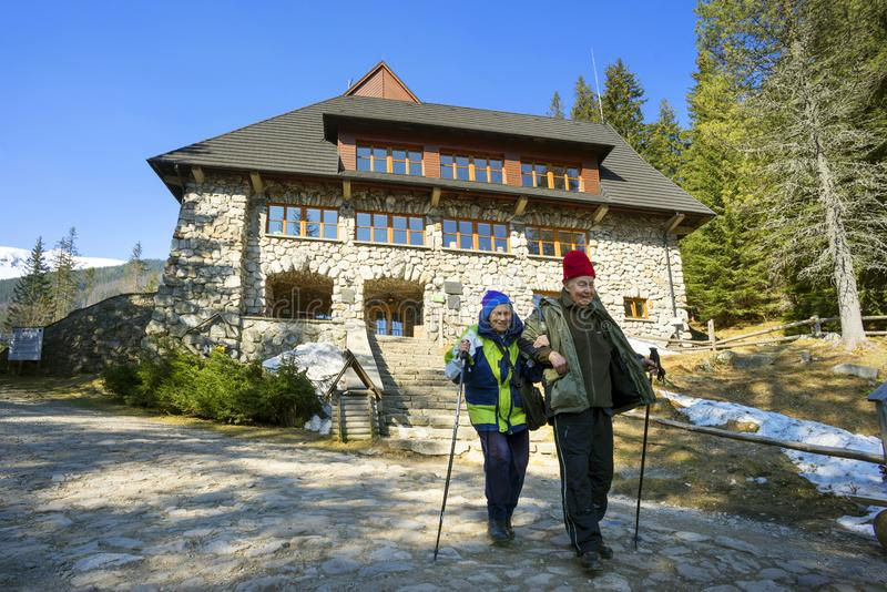 Turistas muito idosos nas montanhas de Tatra fotografia de stock