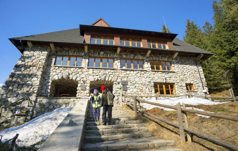 Turistas muito idosos nas montanhas de Tatra imagens de stock royalty free