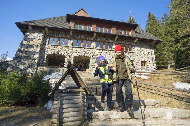 Turistas muito idosos nas montanhas de Tatra foto de stock