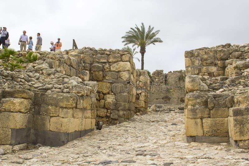 Turistas na entrada da idade do theBronze à entrada ao telefone Megiddo imagens de stock